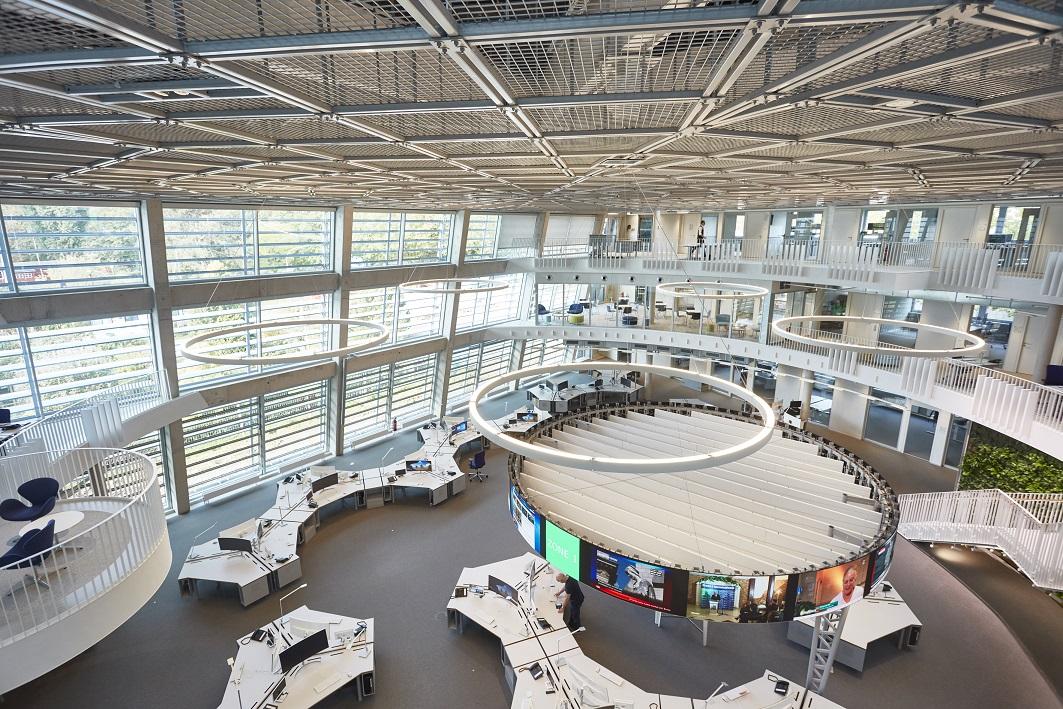 Der neue Newsroom von ARD-aktuell, aufgenommen aus der ersten Etage des neuen Nachrichtenhauses auf dem Gelände des NDR in Hamburg-Lokstedt.